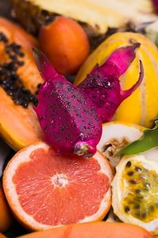 Variedade de frutas orgânicas em close-up