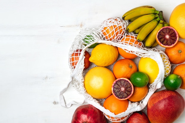 Variedade de frutas orgânicas em malha de algodão reutilizável sacola de compras