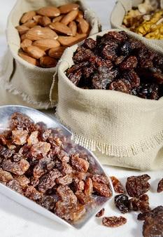 Variedade de frutas secas em sacolas pequenas