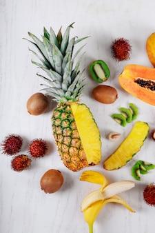 Variedade de frutas tropicais abacaxi, pitaiaiás, kiwi, banana, manga