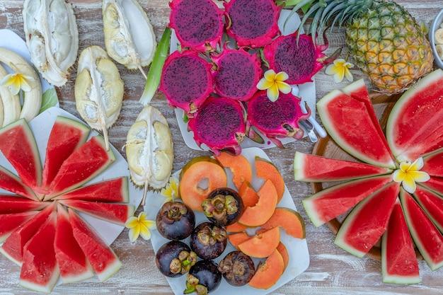 Variedade de frutas tropicais, close-up, vista superior. muitas frutas maduras coloridas de fundo