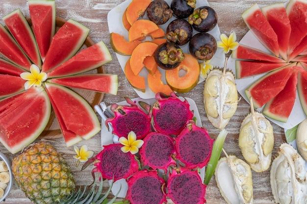 Variedade de frutas tropicais, close-up, vista superior. muitos fundo colorido de frutas maduras. durian, mamão, melancia, banana, mangostão, abacaxi e pitaiaia ou fruta do dragão na ilha de bali, indonésia