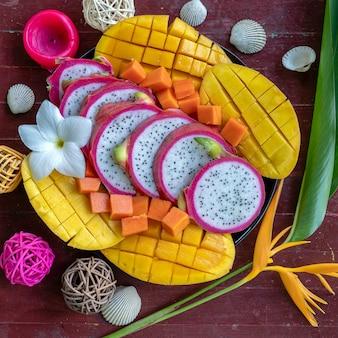 Variedade de frutas tropicais em um prato, close-up