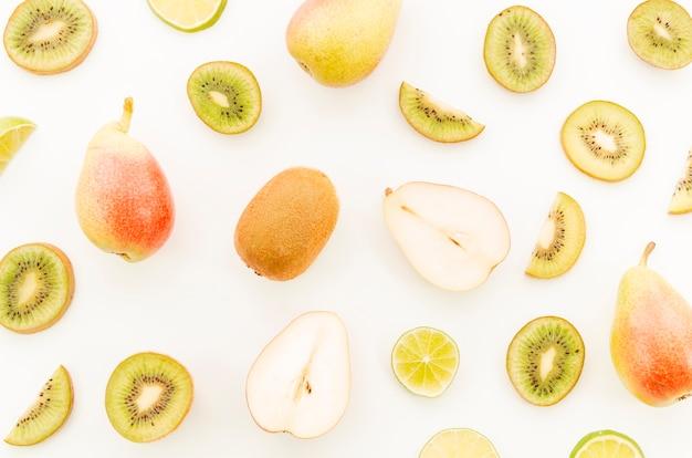 Variedade de frutas tropicais inteiras e fatiadas