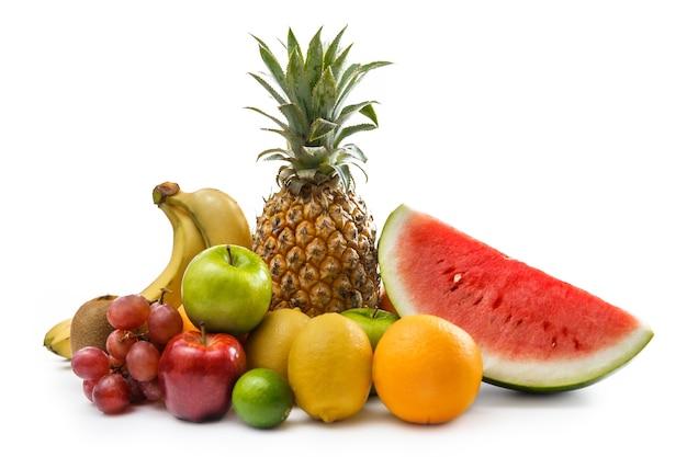 Variedade de frutas tropicais isoladas em branco