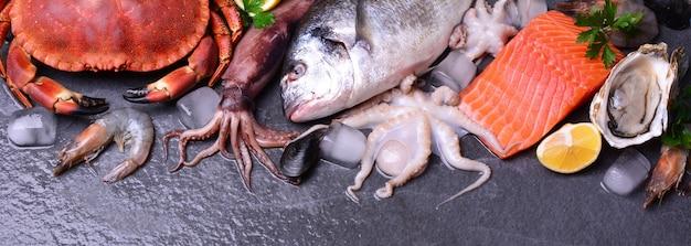 Variedade de frutos do mar em banner de superfície preta