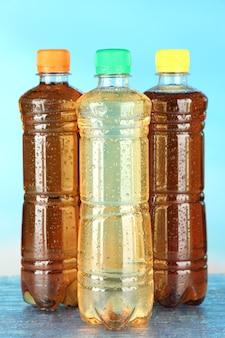 Variedade de garrafas com bebidas saborosas