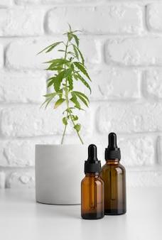 Variedade de garrafas de óleo de cannabis natural