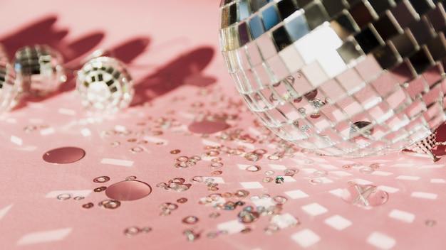 Variedade de globos de prata de natal e lantejoulas