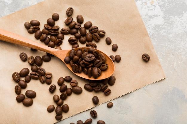 Variedade de grãos de café preto de vista superior na luz de fundo