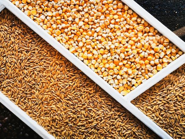 Variedade de grãos e sementes saudáveis em uma caixa de madeira