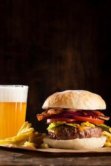 Variedade de hambúrguer delicioso de vista frontal