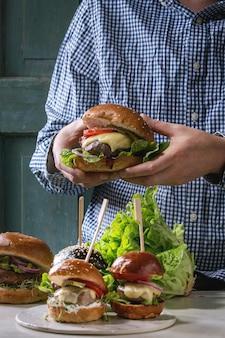 Variedade de hambúrgueres caseiros