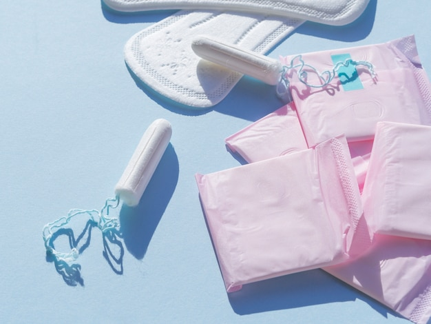 Variedade de higiene menstrual feminina plana leigos