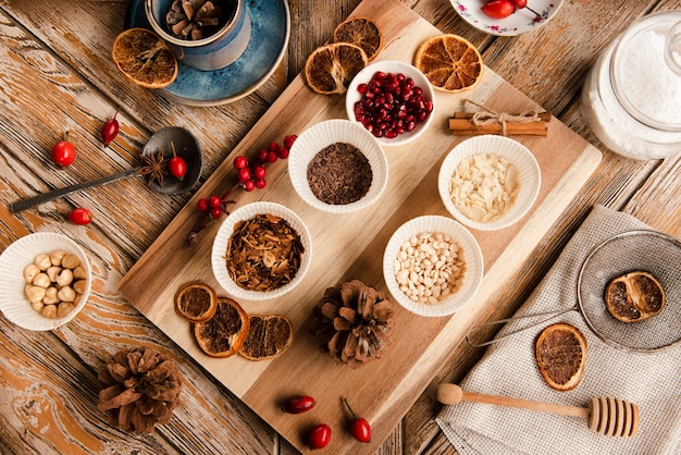 Variedade de ingredientes de cobertura de bolo na tábua