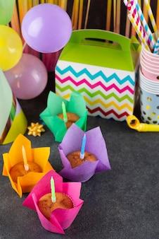 Variedade de itens de festa de aniversário
