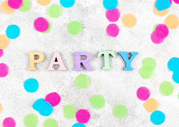Variedade de itens de festa plana leigos