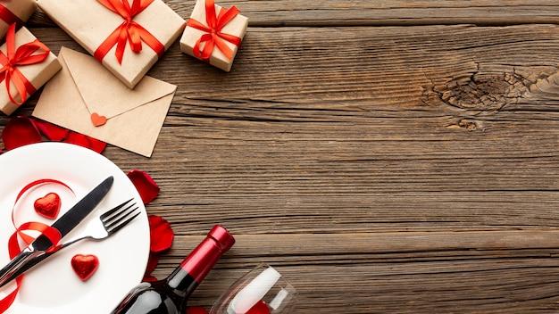 Variedade de jantar de dia dos namorados com espaço de cópia