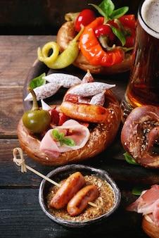 Variedade de lanches de carne em pretzels