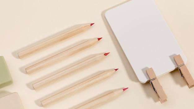 Variedade de lápis coloridos em cima da mesa
