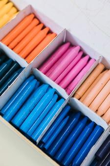 Variedade de lápis coloridos na caixa