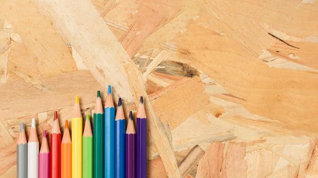 Variedade de lápis coloridos