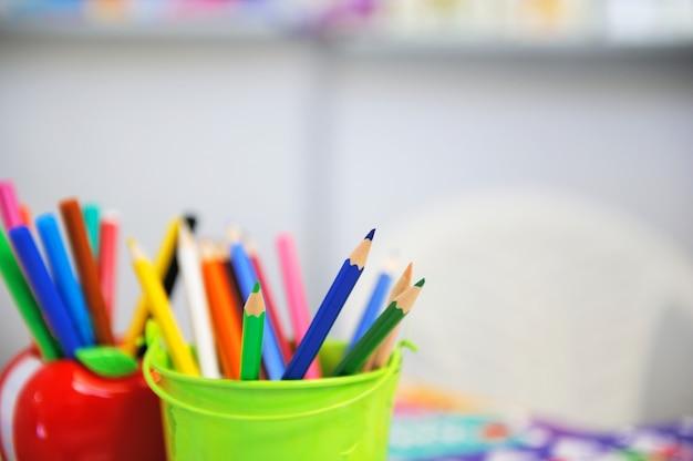Variedade de lápis de cor / lápis de desenho de cor / lápis de desenho de cor em uma variedade de cores