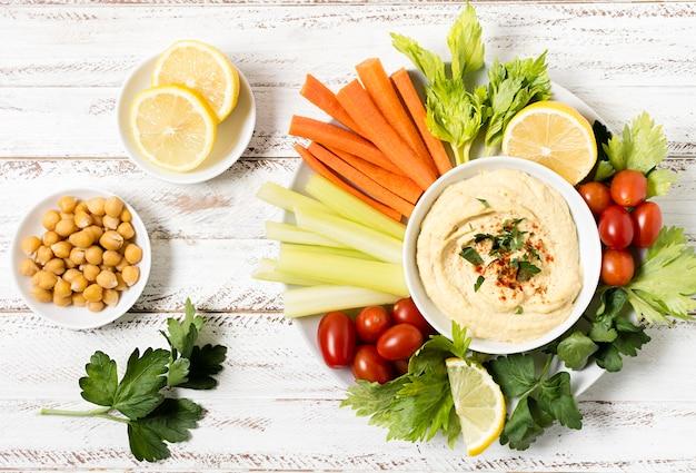 Variedade de legumes com homus e grão de bico