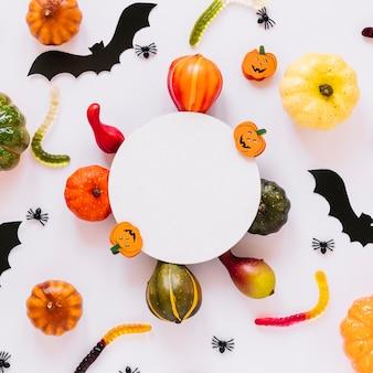 Variedade de legumes e decorações de halloween
