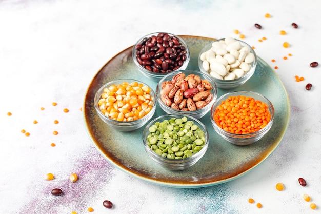 Variedade de legumes e feijões. alimentos saudáveis com proteínas veganas.