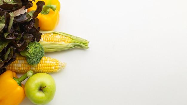 Variedade de legumes e frutas de alto ângulo