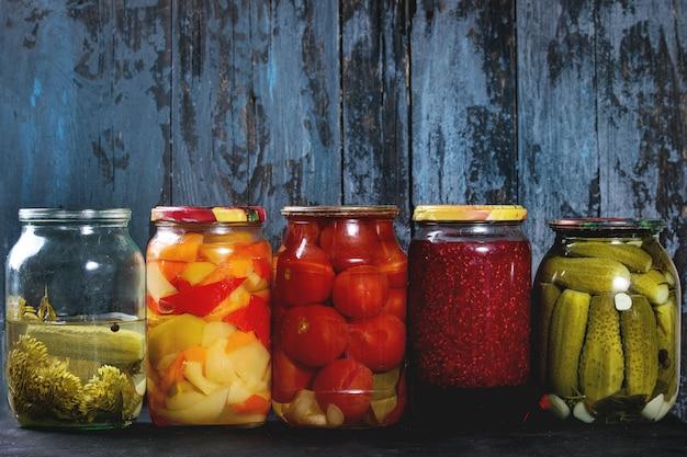 Variedade de legumes em conserva