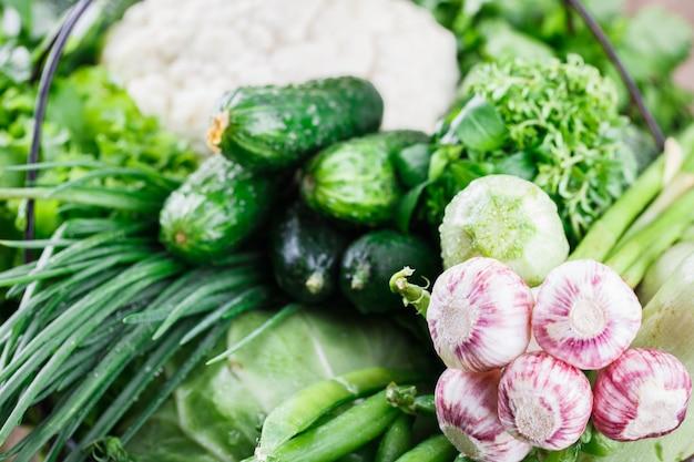 Variedade de legumes em uma cesta de arame