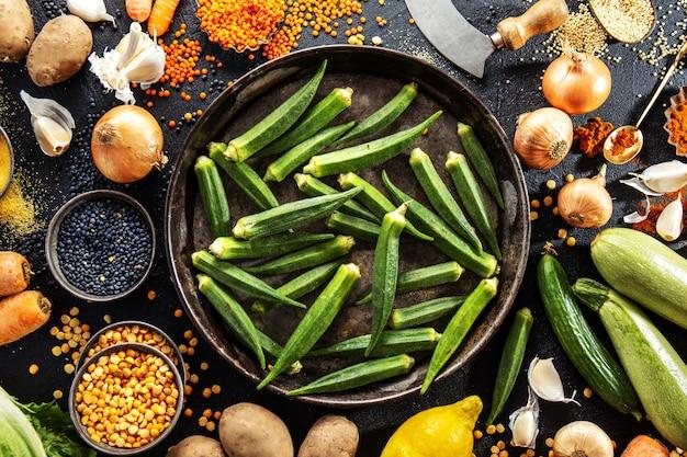 Variedade de legumes frescos saborosos em fundo escuro