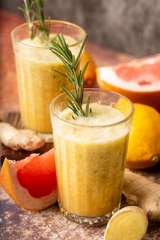 Variedade de limão e toranja em ângulo alto