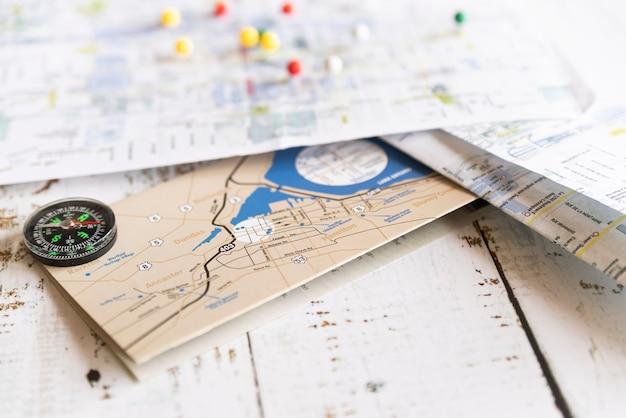 Variedade de mapas antigos e novos
