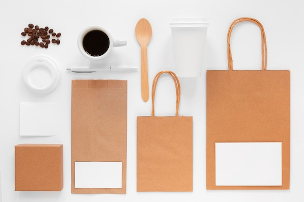 Variedade de marca de cafeteria de vista superior em fundo branco