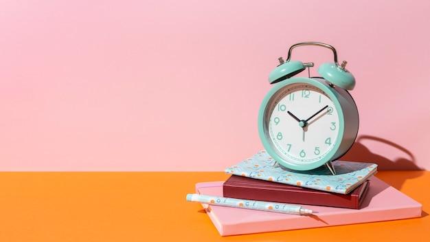 Variedade de material escolar na mesa