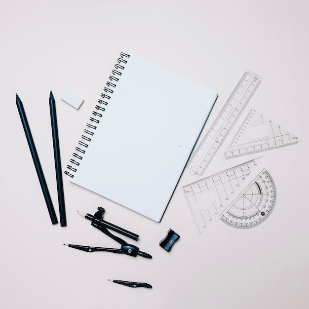 Variedade de material escolar