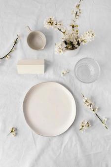 Variedade de mesa branca para uma refeição deliciosa