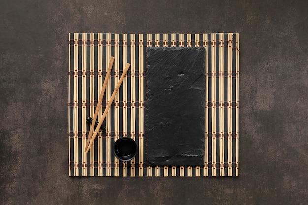 Variedade de mesa com copo e varas de disposição plana