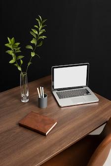 Variedade de mesa com laptop de alto ângulo