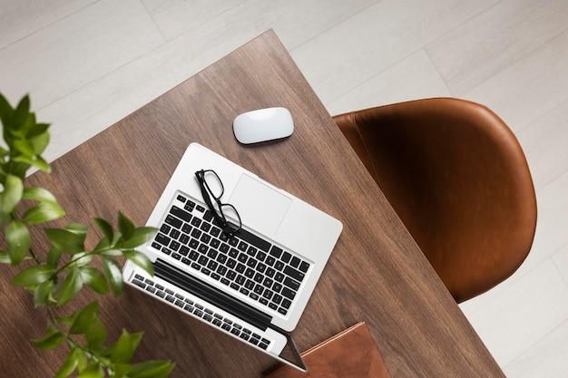 Variedade de mesa com vista superior do laptop