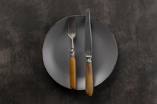 Variedade de mesa com vista superior do prato e talheres
