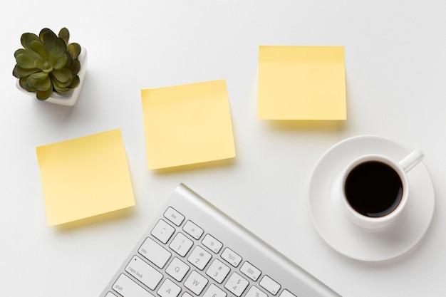 Variedade de mesa de escritório plana com post-its vazios