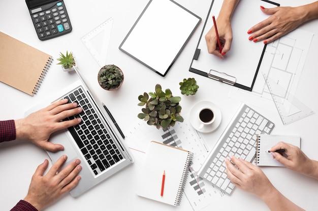 Variedade de mesa de escritório plana com tablet de tela vazia