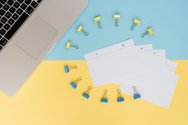 Variedade de mesa de negócios com clipes de papel