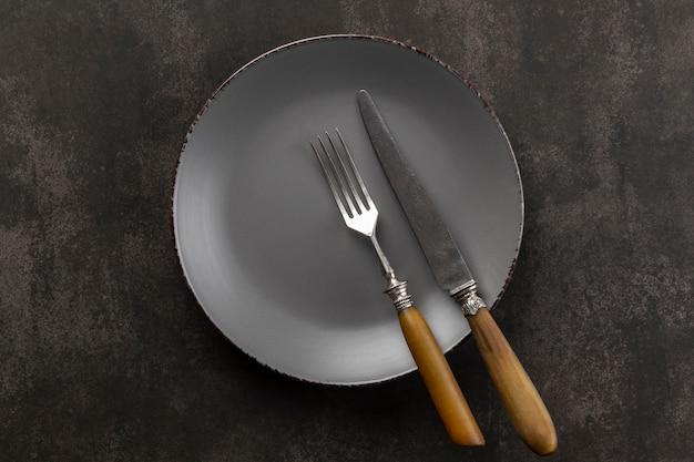 Variedade de mesa de visão superior com prato e talheres