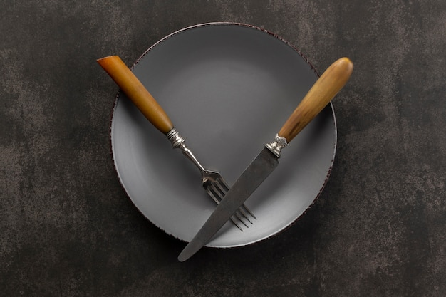 Variedade de mesa plana com prato e talheres