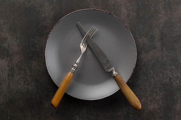 Variedade de mesa vista de cima com prato e talheres